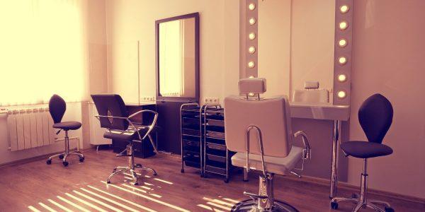 salão-de-beleza-cadeiras-e-espelho