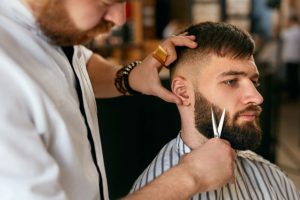 fazer a barba em salão masculino