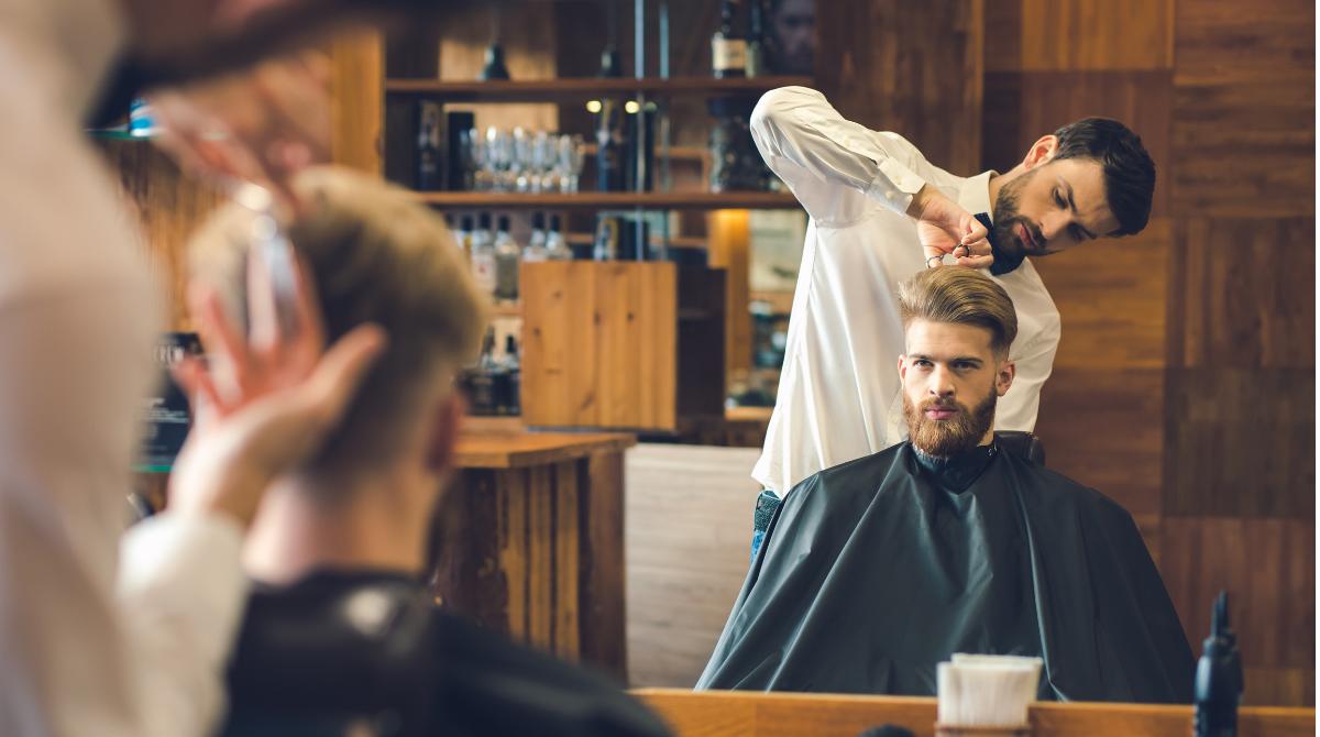 Barbeiro atendendo cliente
